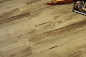 Bild: Bodenfliesen in Holzoptik